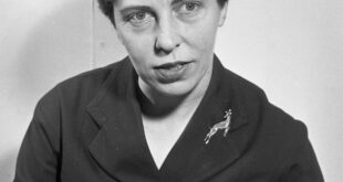 29/01/1957 01/29/1957 29 January 1957 Miss Maire McEntee at office for Sáirséal agus Dill, publishers.